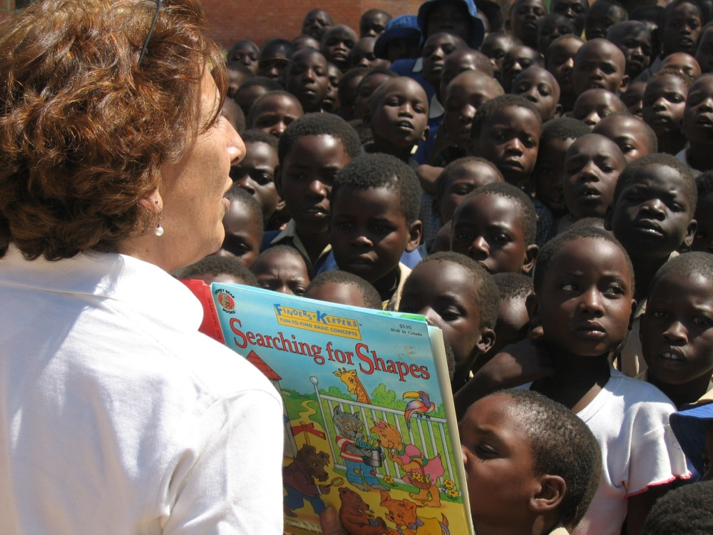 Reading-to-kids-in-africa